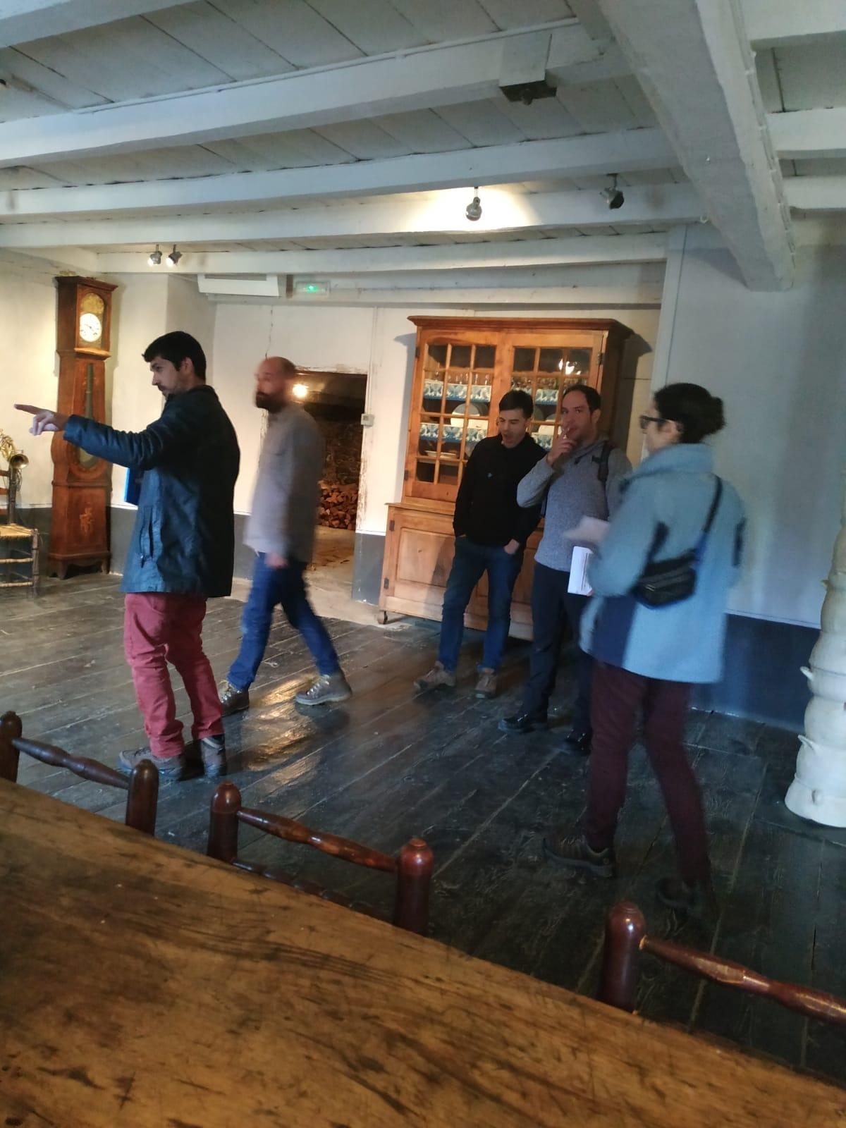 El director de 'Fred', Santi Trullenque, de negre, i al seu costat, l'ajudant de direcció, Hèctor Romance, ahir a casa Rull.