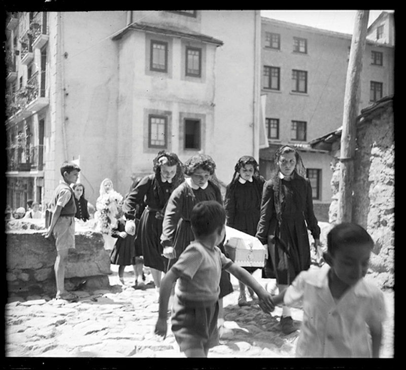 El seguici fúnebre d'una nena ofegada desfila pel pont d'Engordany (1955)
