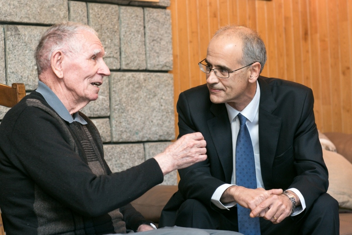 Adellach conversa amb l'excap de Govern, Toni Martí.