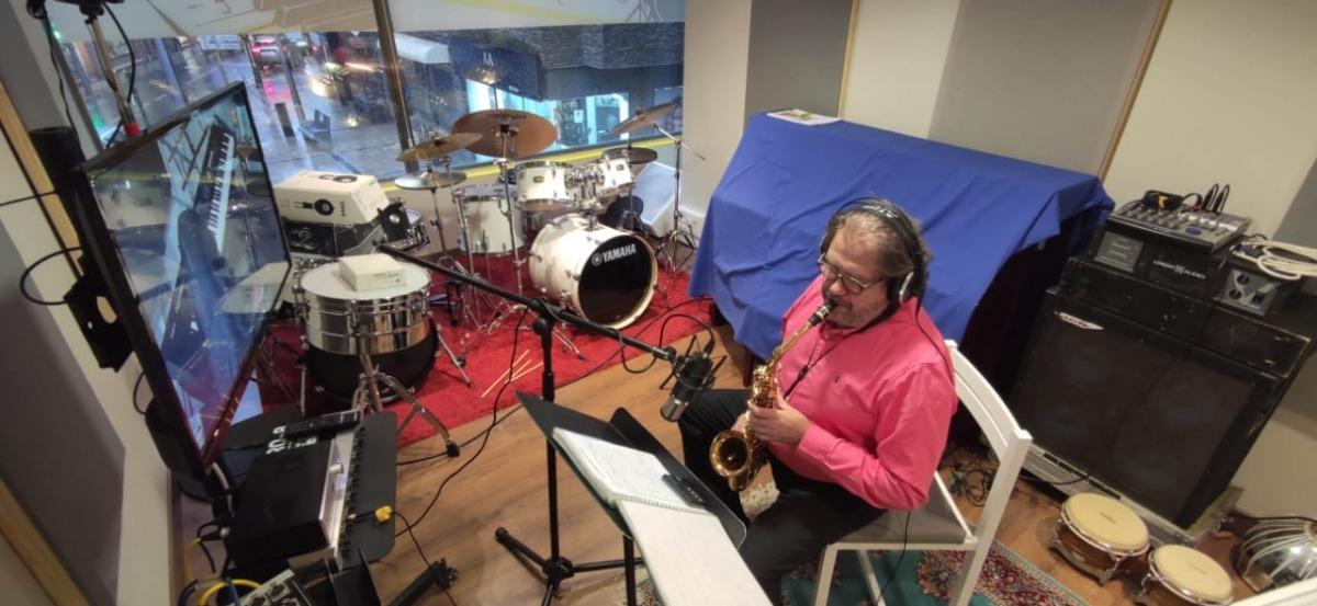 La Grossband no fallaJoan Carles Miralles, al saxo, durant l'enregistrament d'un dels temes a l'estudi de Barceló a la Grandàlia.