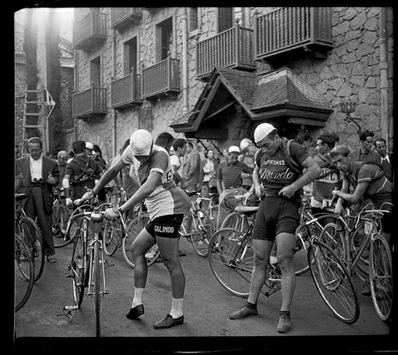 Sortida d'una etapa de la Volta ciclista a Catalunya davant de l'hotel Valira (1949)