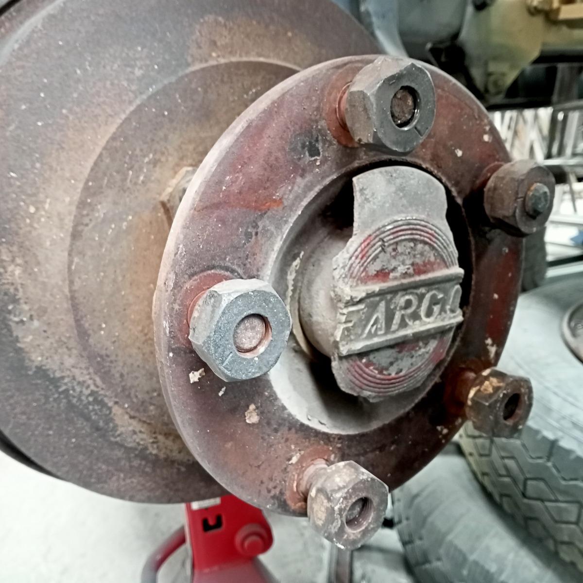 La marca del vehicle, que data del 1948, a l'eix de les rodes davanteres.