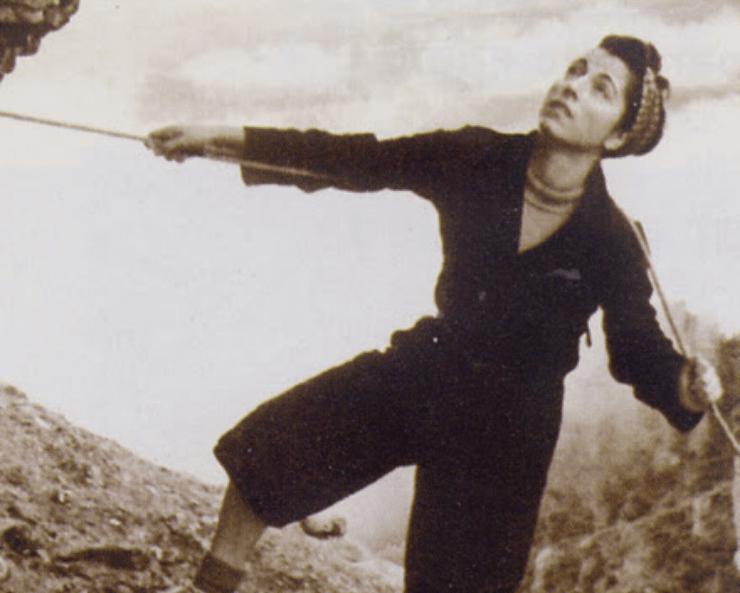 Carme Romeu, pionera de l'escalada, el muntanyisme i l'atletisme català, en una cordada als anys 40.