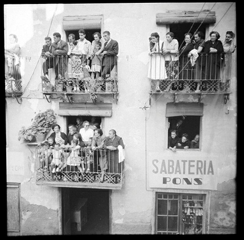 Expectació als balcons del número 51 de l'avinguda Príncep Benlloch de la capital (1955)