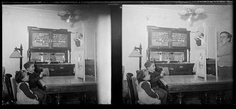 Sessió de putxinel·lis al menjador de casa Pantebre, amb Jordi i Rosalia, els fills del fotògraf, i l'esposa, Isabel Trasfí.
