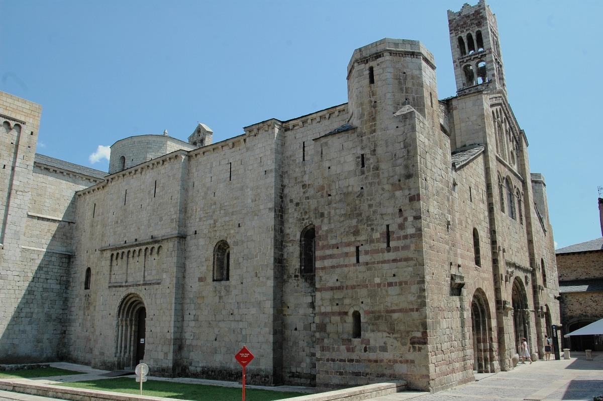 L'última rehabiltació de la catedral va exhumar fa dos anys restes del que es creu que va ser la primera seu, datades al segle VI: en el pontificat de Just, creu Gascón.