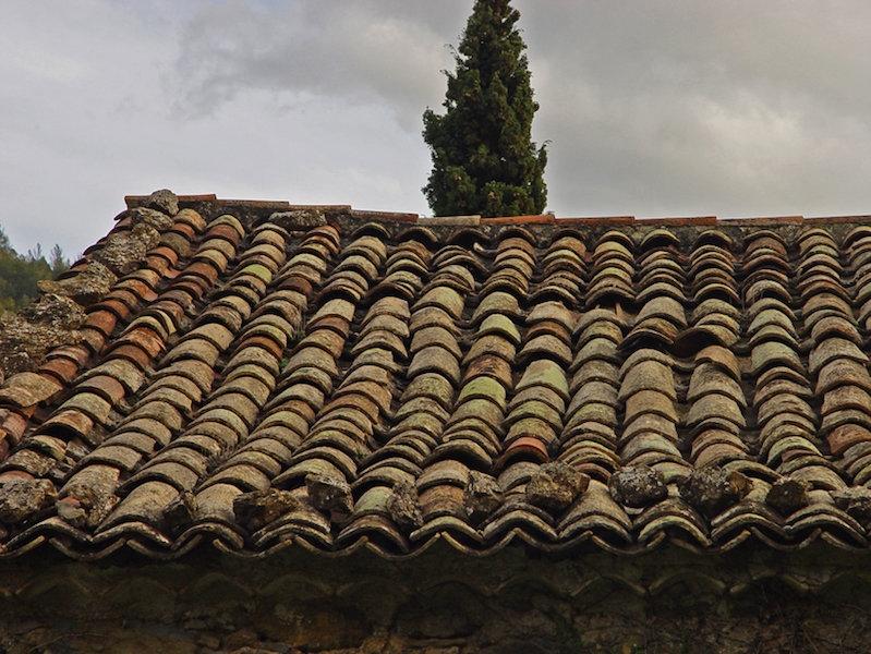 Detall de la teulada, que deixa escolar-se l'aigua a l'interior.