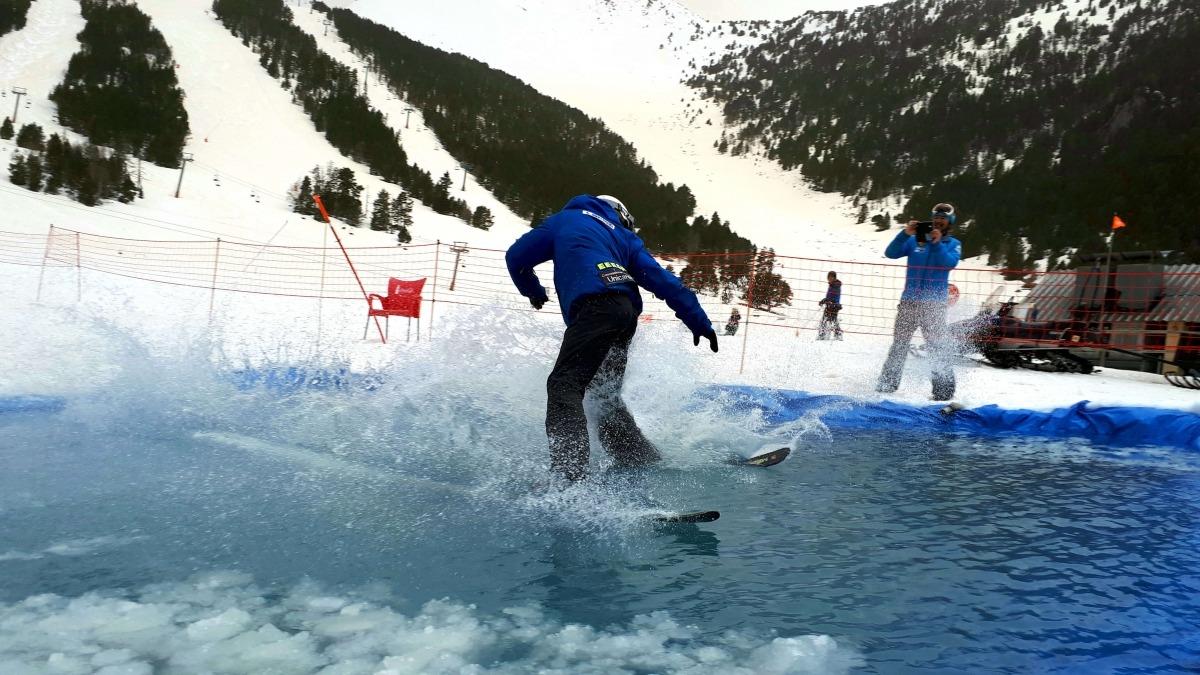 Un esquiador a la festa de final de temporada a Espot, durant el dia d'ahir.