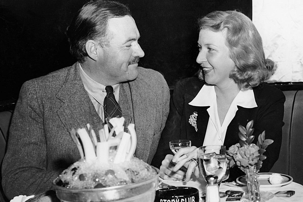 """L'autor de 'Por quién doblan las campanas', amb la reportera Martha Gelhorn cap al 1940, l'any que es van casar; es van divorciar cinc anys després mi ella no en volia sentir ni parlar: """"No em vull convertir en una nota a peu de pàgina de la seva vida"""", deia."""