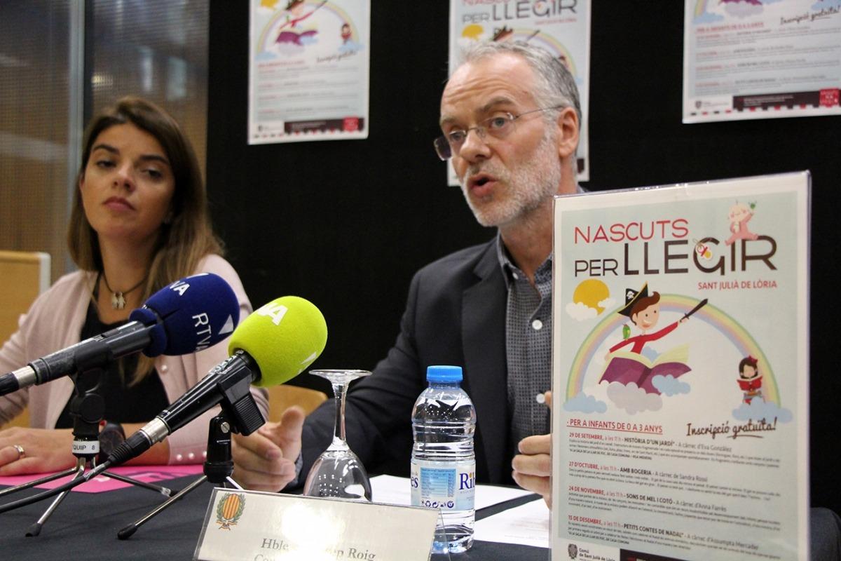 La responsable de la biblioteca, Beth Gil, i el conseller de Cultura, Josep Roig, durant la roda de premsa de presentació del nou cicle de Nascuts per llegir.
