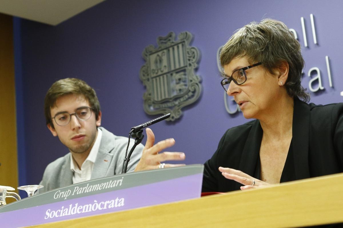 Els consellers socialdemòcrates Roger Padreny i Susanna Vela van presentar ahir la proposta d'acord que han entrat a tramitació parlamentària.
