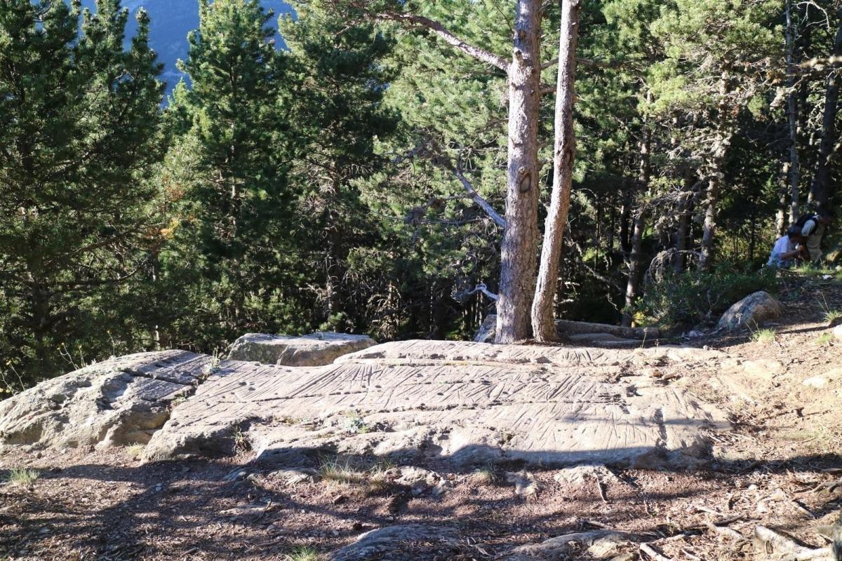 Perspectiva general de la terrassa superior del roc de les Bruixes, en una de les visites guiades que des del 2015 hi practica Regiracos coincidint amb el solstici d'estiu.