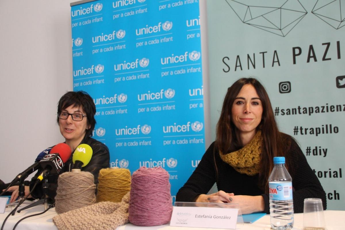 Marta Alberch i Estefania González ahir en la presentació del taller de ganxet.