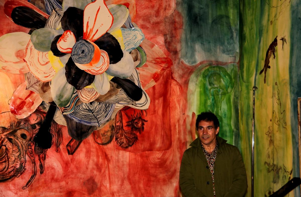 L'artista Santi Moix davant de l'altar de l'església de Saurí.