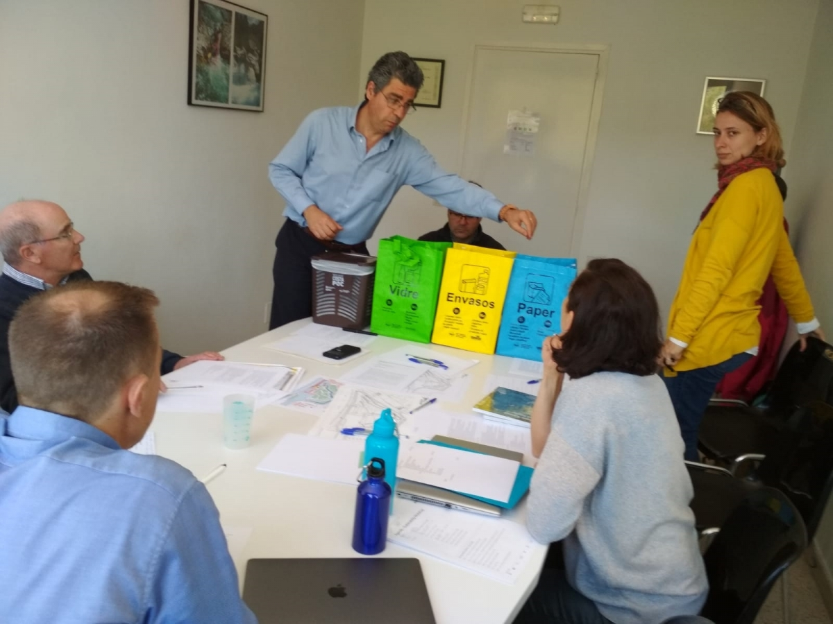 La previsió és reduir al àxim la utilització de paper i substituir els envasos de plàstic.