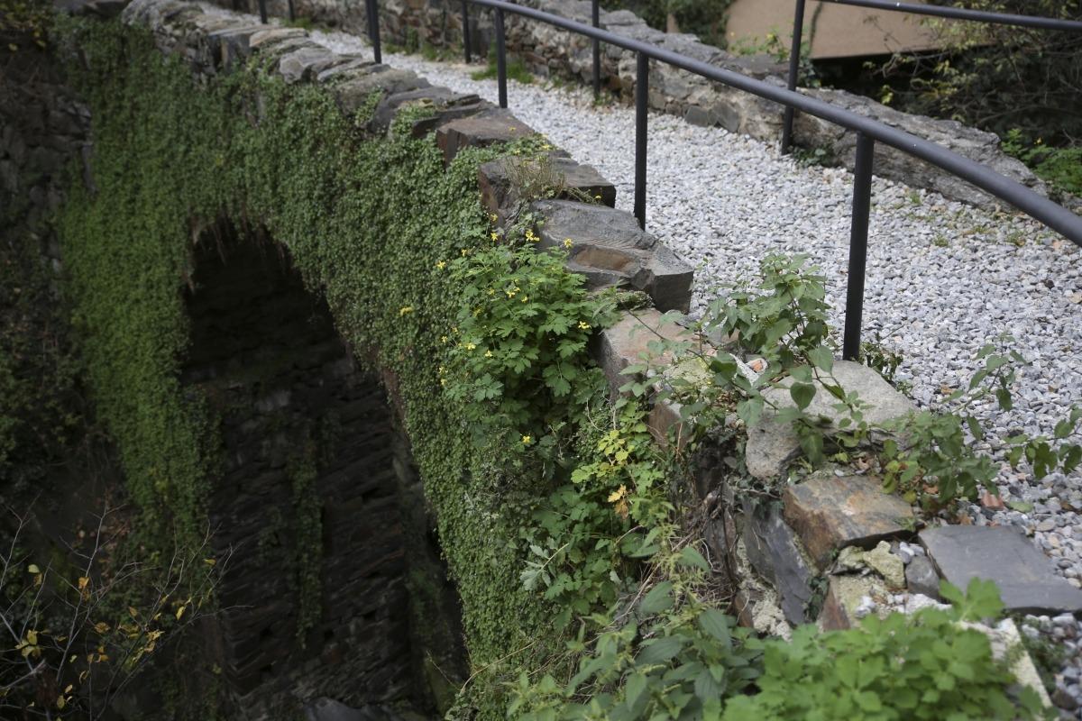 El Pont dels Escall no té una datació clara, però el 1881, quan s'hi va firmar el tractat que en du el nom, segur que ja hi era. Als 70 va quedar definitvament 'enterrat' entra els blocs circundants.