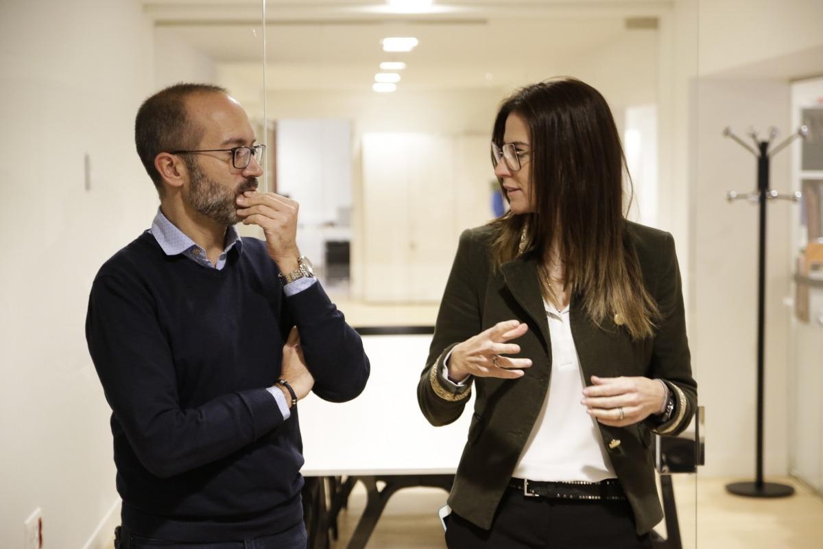Joan Sans i Sílvia Riva, en la visita guiada d'ahir per l'hotel Rosaleda d'Encamp.