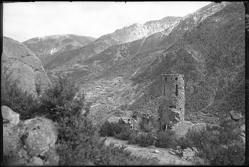 L'església de Sant Vicenç d'Enclar, amb el campanar quasi sencer, a principis de segle XX.