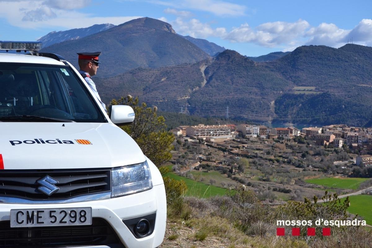 Un agent dels mossos d'esquadra vigila en un punt elevat del Geoparc Orígens.