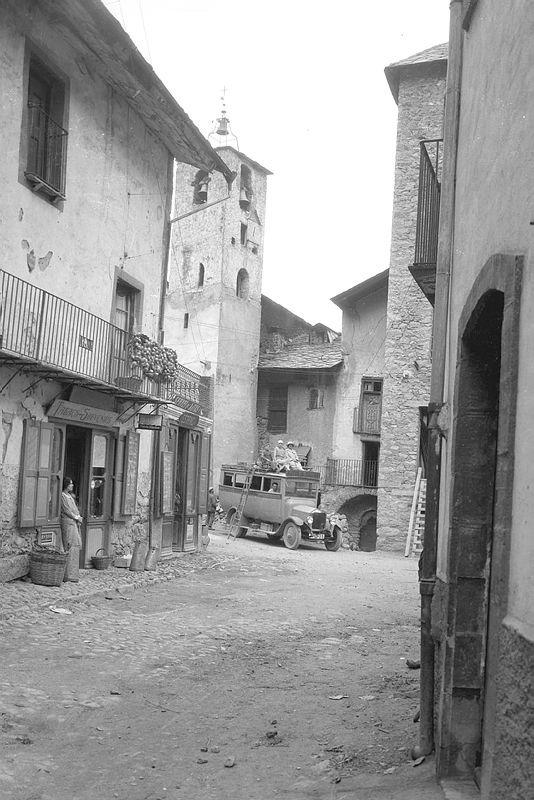L'antiga plaça de l'església d'Escaldes, cap al 1925, com la devia conèixer Flórez.