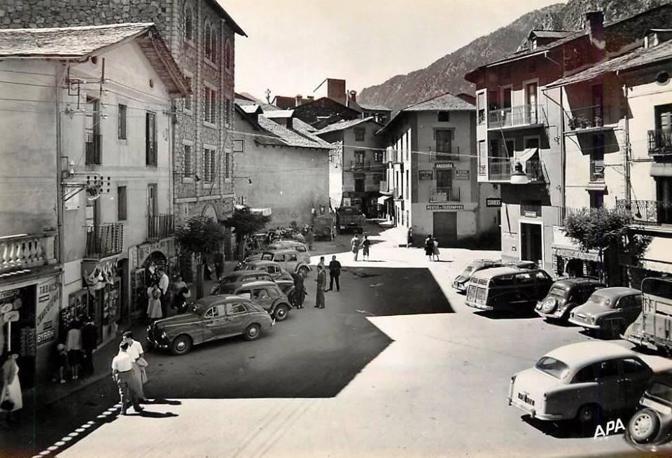 Anys 40: la rectoria, el Quart i Sant Esteve; cal Coletes, amb la Poste, i a la dreta, casa Rossell, cal Sabater i cal Cintet.