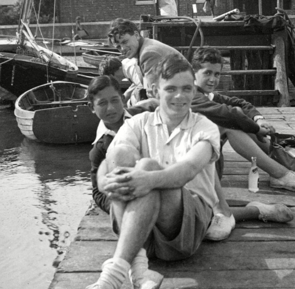Alan Turing, el 1939, en una escena campestre a Cambridge.