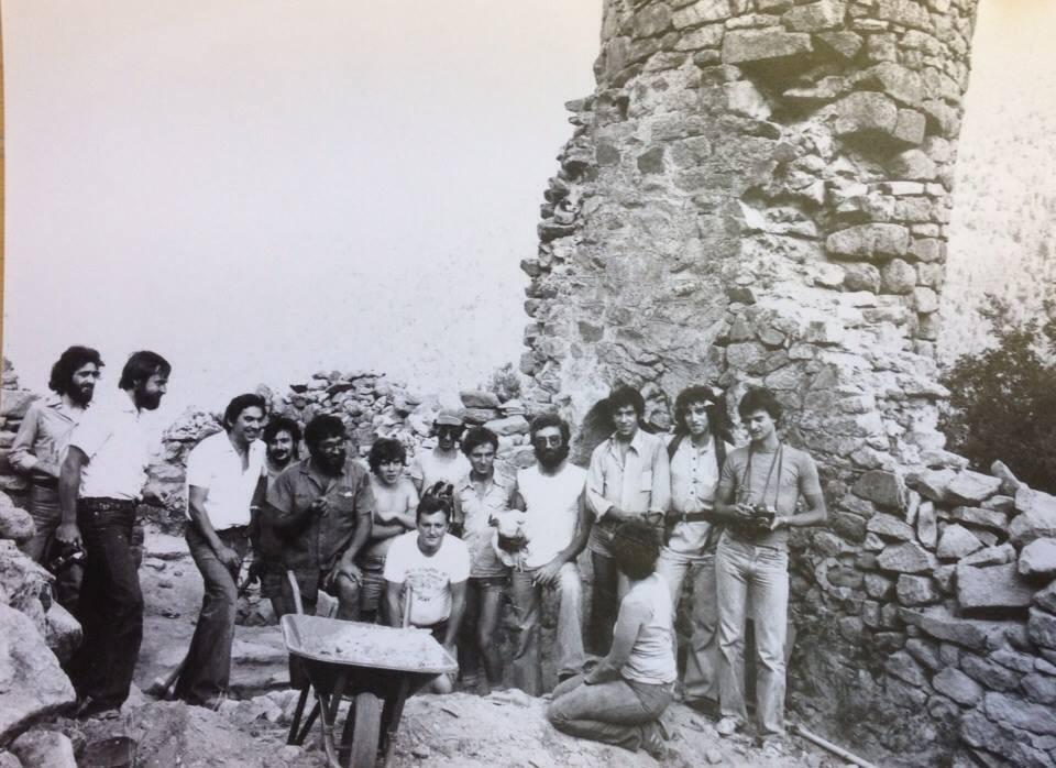 Pere Canrturri (tercer per l'esquerra) i l'equip que va participar en les primeres campa-nyes de restauració del roc d'Enclar, el 1979. També hi ha els germans Jordi i Eudald Guillamet, Josep Maria Ubach, Francesc Rodríguez i Xavier Llovera, entre d'altres.