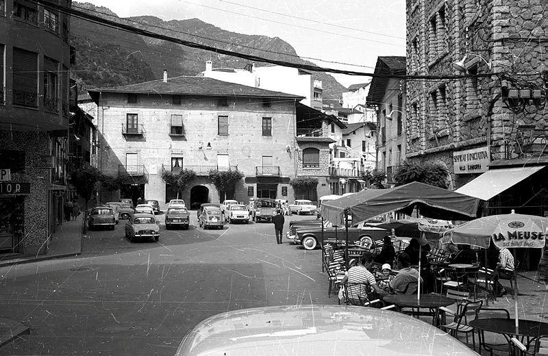 1957: la plaça, convertida en aparcament, amb casa Rebés com a eix de l'espai.