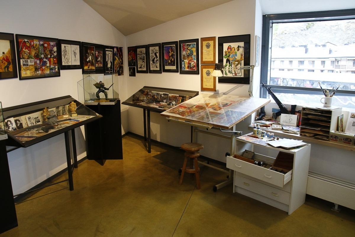 VIsta general de l'estudi d'Ezquerra que s'ha reconstruït a la tercera planta del Museu del Còmic, amb la taula de dibuix en primer pla.