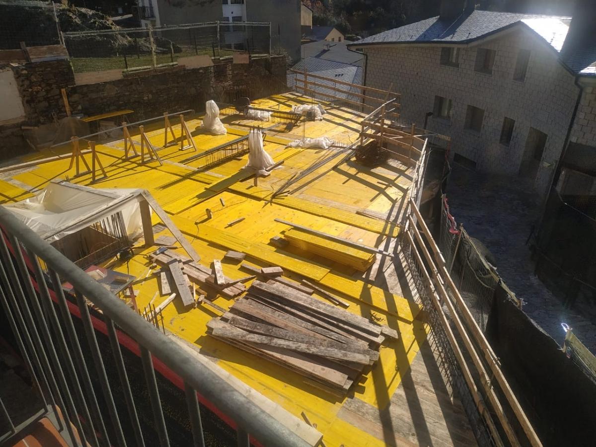 Perspectiva del nou bloc des del balcó de la primera planta de Casa Trenella: quan estigui acabat s'enfilarà fins als dotze metres.
