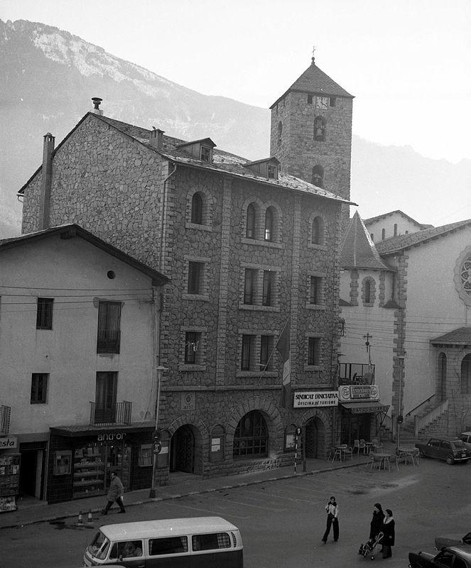 L'antic Comú de la capital i Sant Esteve, cap al 1980: s'hi distingeix clarament la creu enclastada a la façana, i la que en corona el campanar.