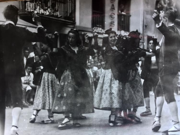 Dansaires de l'Esbart Andorrà, a Santa Coloma, i a la plaça major de Sant Julià, per la festa major del 1952.