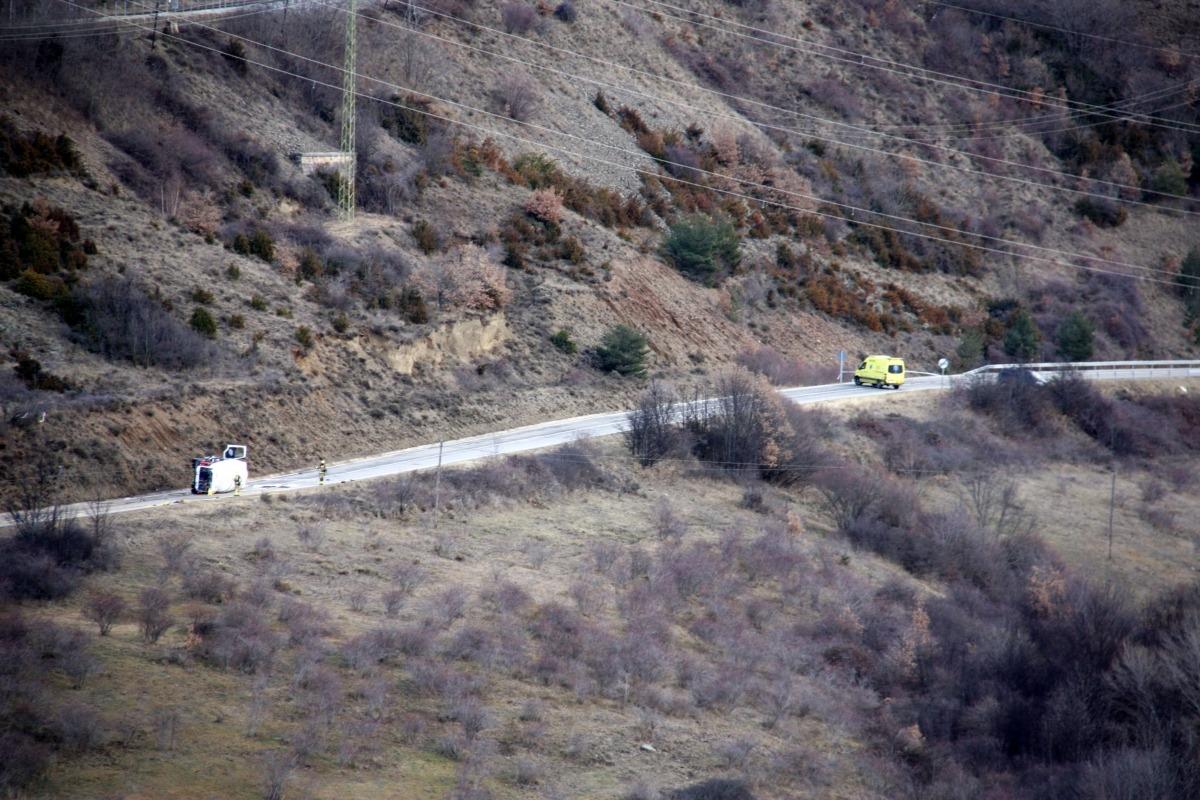 El camió que transportava gas va bolcar a la carretera GIV-4082.