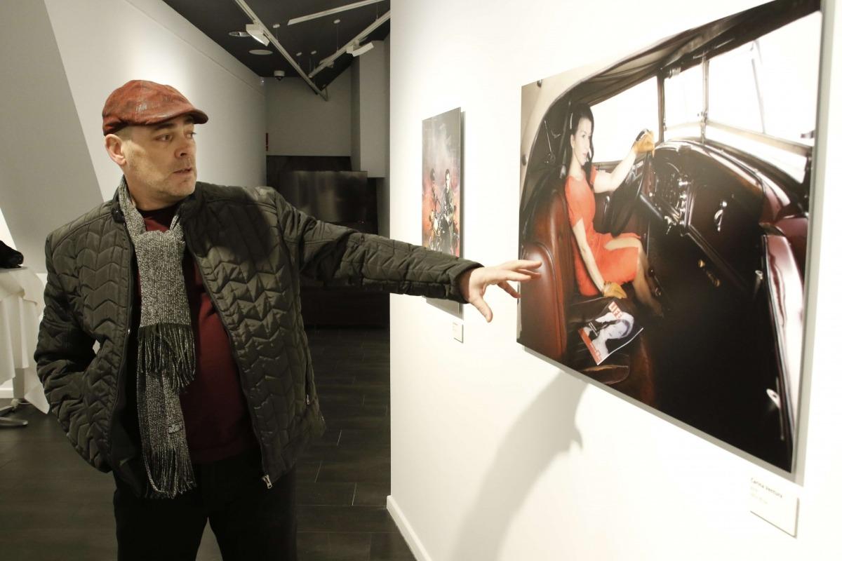 Aguareles exerceix de guia a l'exposició 'Retrats, músics, Andorra', el seu últim projecte, el novembre del 2017 a ArtalRoc.