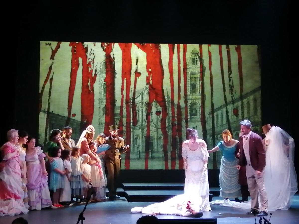 Cecilia contempla el cos inert de Leonardo, abatut d'una ganivetada per Pimienta: el drama s'ha consumat.