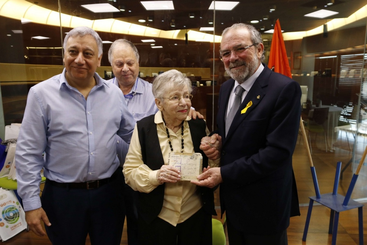El president de la Diputació de Lleida, Joan Rañé, lliura la carta a Rachel Gewürz, ahir a Rixhon Lexion (Israel).