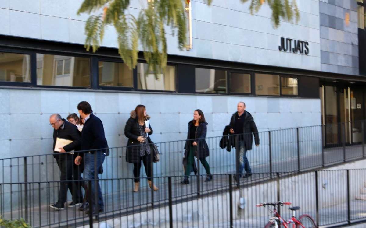 Les mestres i el director del col·legi Albert Vives sortint del jutjat el 7 de novembre.