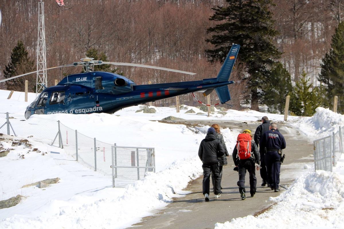 Un helicòpter dels Mossos d'Esquadra i personal que va participar en les tasques de rescat.