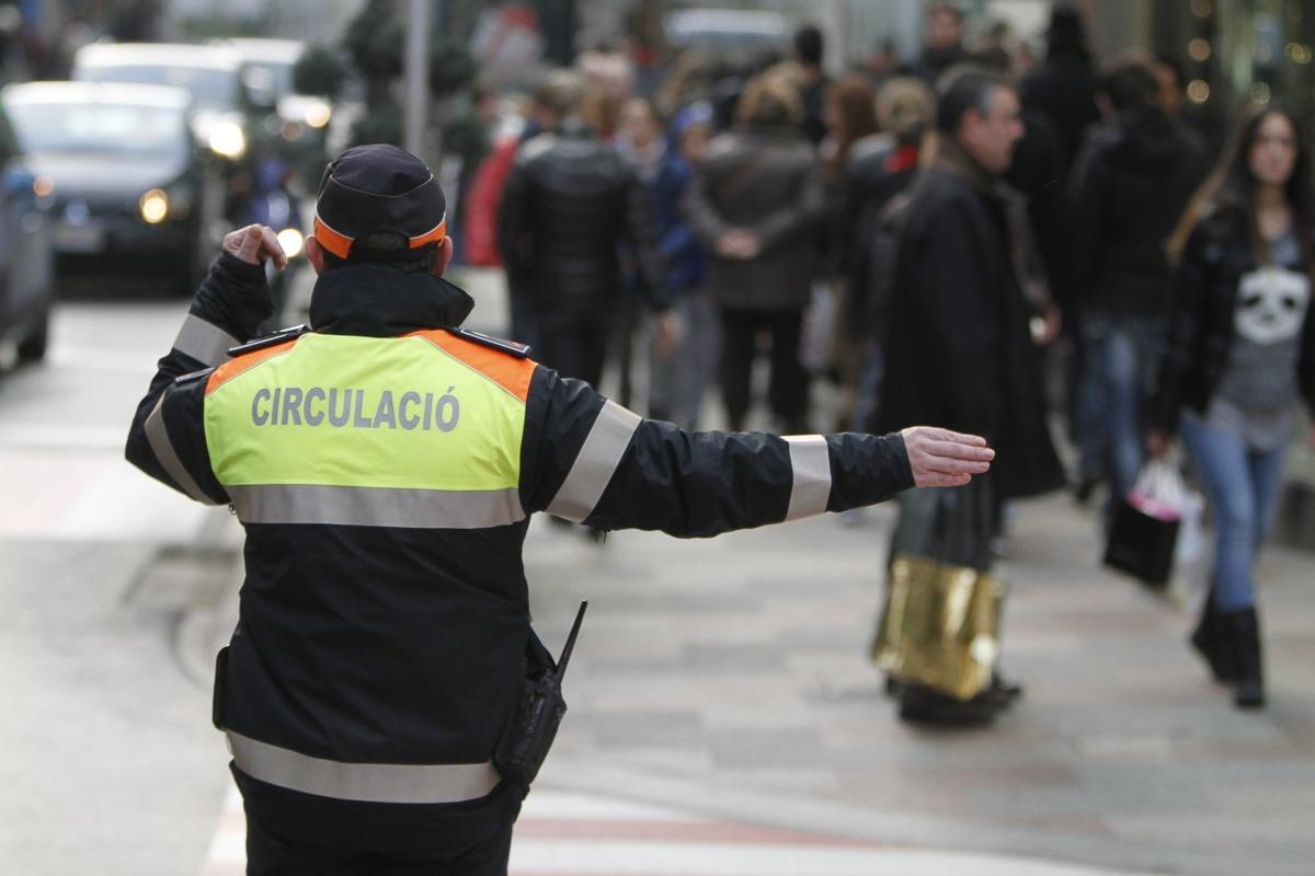 Un agent de circulació dirigint el trànsit.