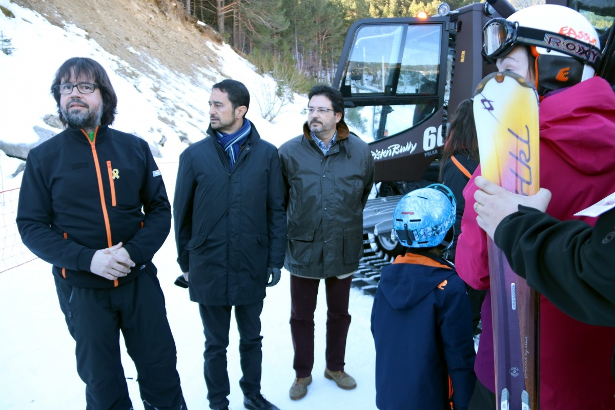 El conseller de Territori, Damià Calvet, durant la visita de divendres a l'estació d'Espot.
