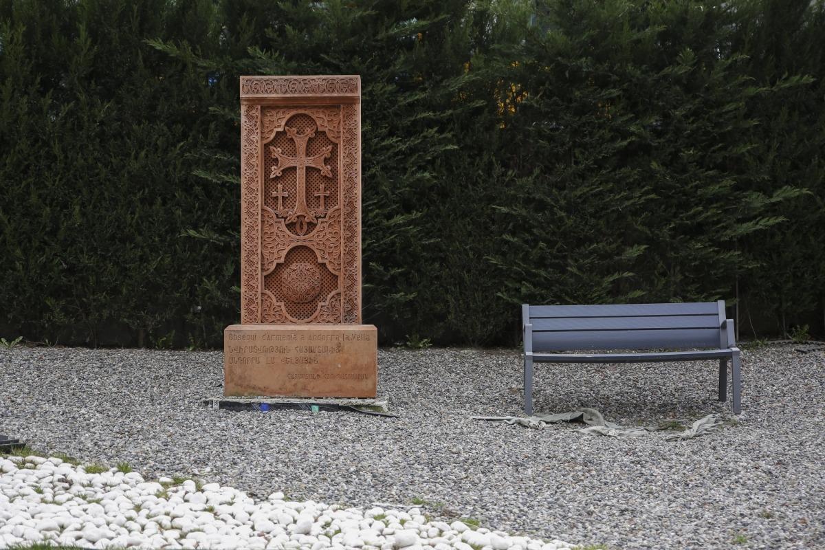 La peça, donada el 2018 per Armènia amb motiu dels 15 anys de relacions diplomàtiques, es va instal·lar als jardins de la cruïlla de la Comella.