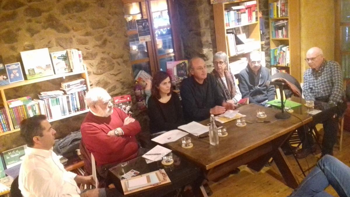 Els ponents de la taula rodona convocada ahir per la SAC a la llibreria La Puça: Guilhem Malbec (Principat), Josep Dallerès (Anem), Júlia Fernández (Biblioteca Nacional), Antoni Pol (SAC), Anna Riberaygua (la Puça), Marc Miró (Límits) i Josep Rodríguez (Envalira).