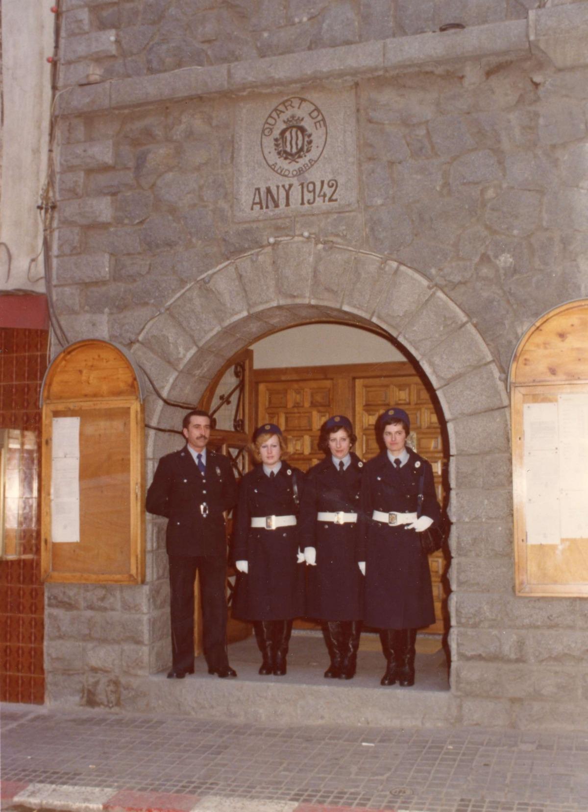 Sobre l'arc d'entrada a l'antic edifici del Quart, inaugurat el 1942, hi havia un plafó amb el primer escut d'Andorra la Vella, que avui és a la part exterior de l'absis de Sant Estsve.