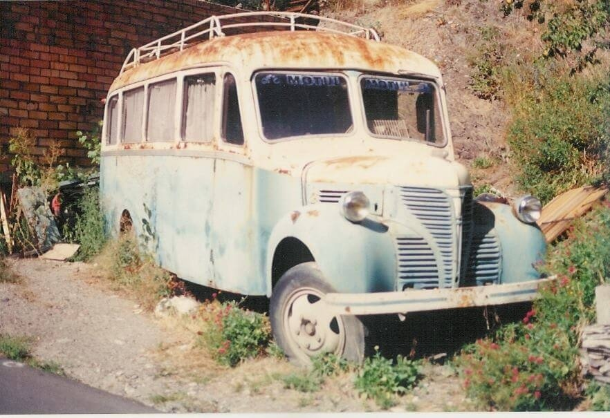 A dalt, l'autocar, fotografiat fa un deceni llarg al solar de Fontaneda abans que s'hi erigís la tàpia que avui l'oculta a la vista.