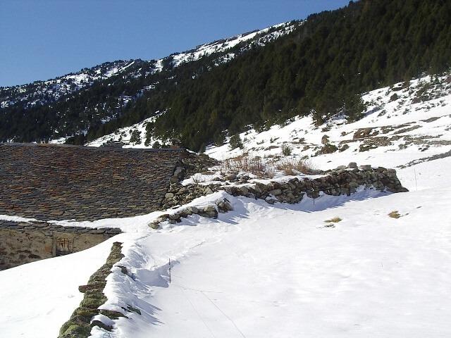 Para-allaus trinagular de pedra seca adossada a una borda d'Incles.