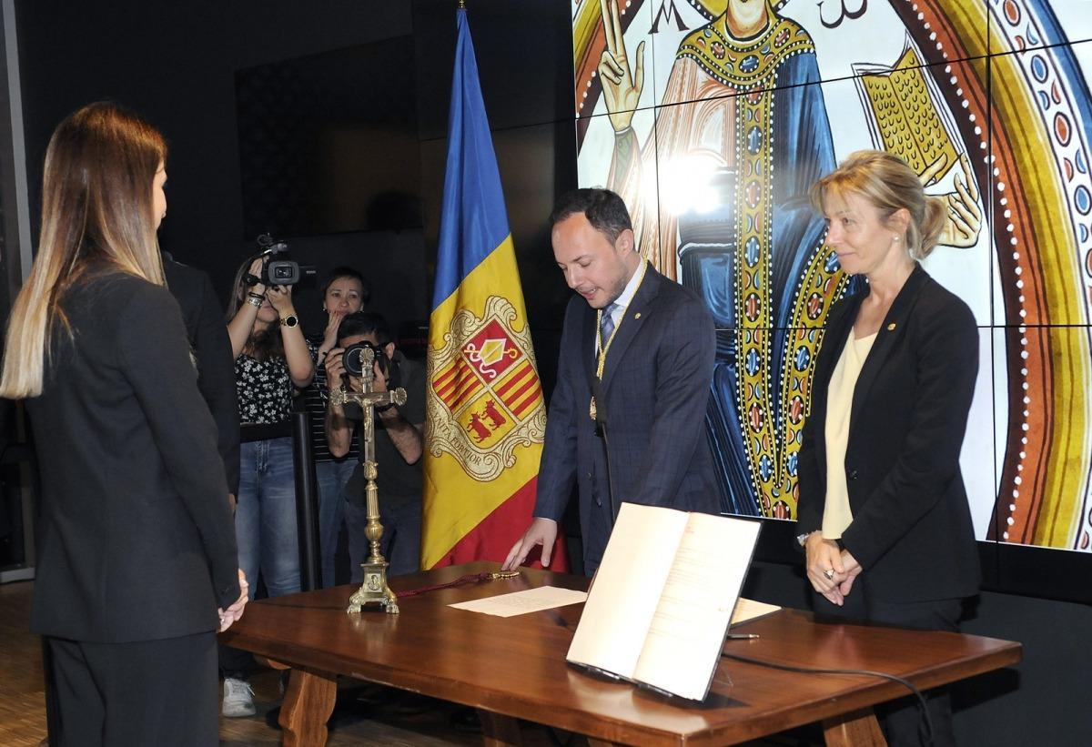 Riva, d'esquena, en el moment de jurar el càrrec davant del cap de Govern, Xavier Espot, i de la secretària general, Ester Fenoll.
