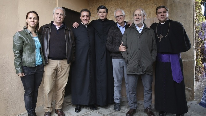 Al costat de Casamajor, el tercer per l'esquerra, Ernest Villegas, com a mossèn Cinto, i el director de la pel·lícula, Lluís Maria.