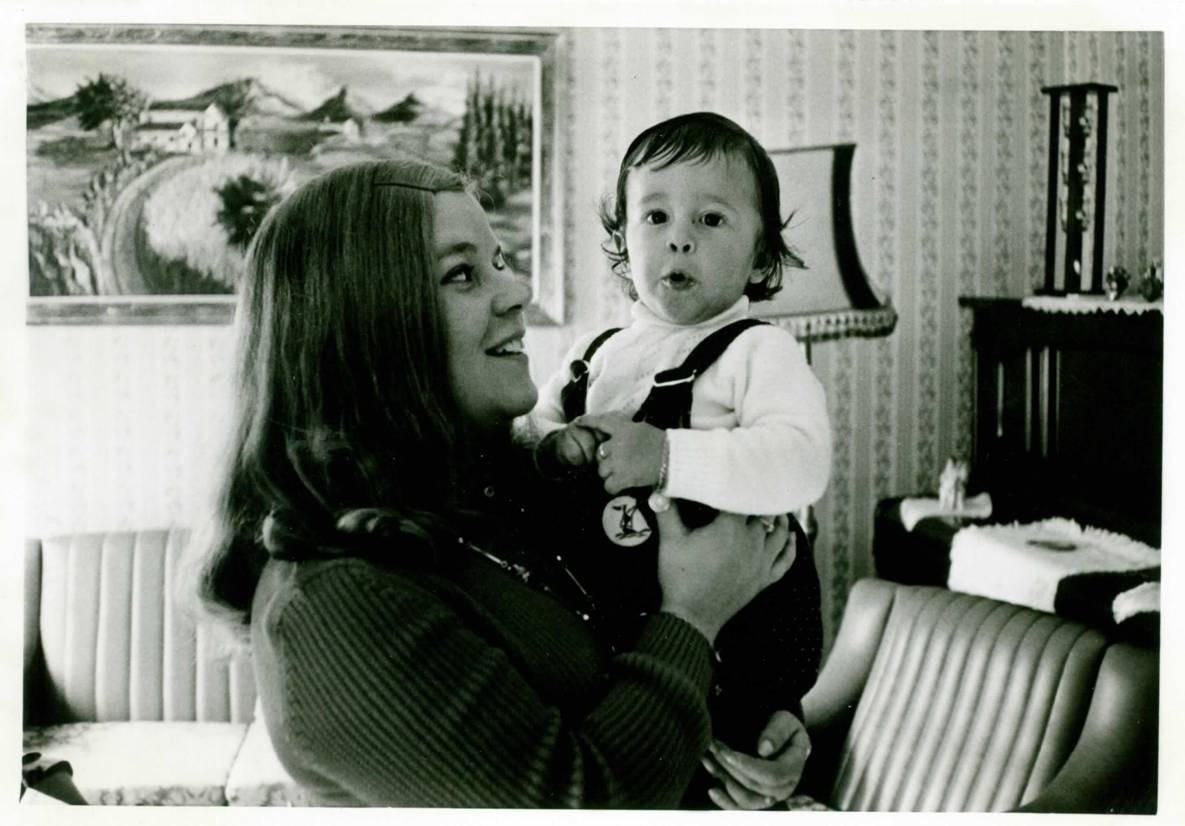 Pere López de petit agafat en braços per la seva mare.