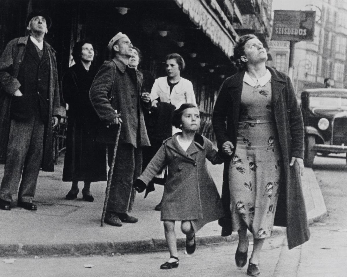 Bilbao, maig del 1937: l'arma de bombardeig es tradueix en el neguit d'aquests civils a la capital basca.