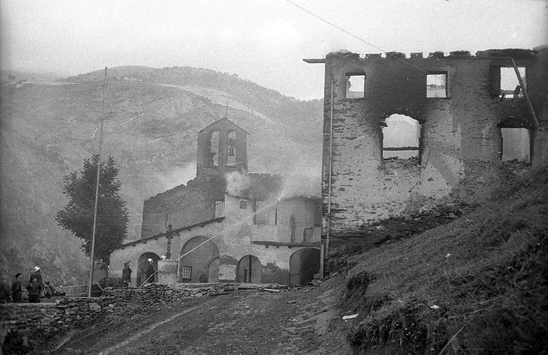 9 de setembre del 1972: a l'espadanya, les dues campanes, la de l'esquerra, ja caiguda, és la que es conserva a Ordino.